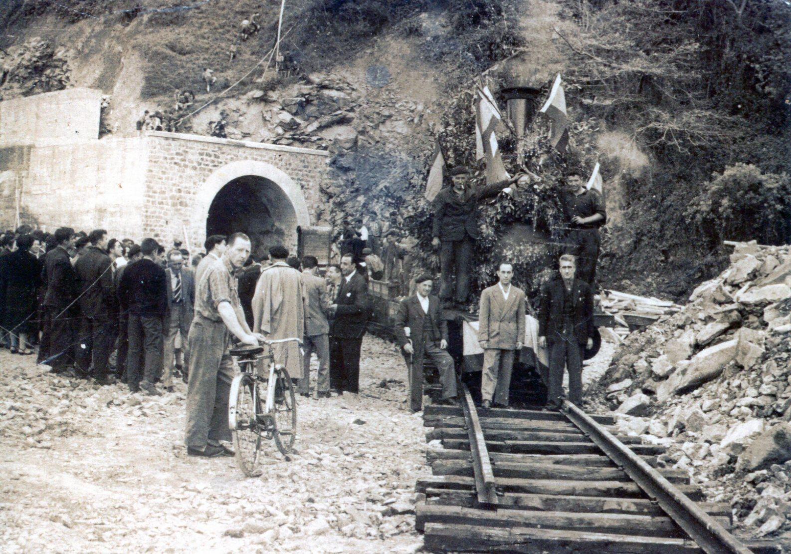 Llegada de la primera locomotora a Bermeo , fondo J.J. Olaizola
