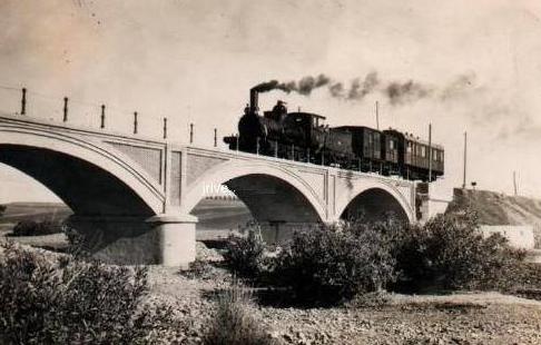 Linea de Marchena a Córdoba, tren sobre el puente del Merchenilla en Foncubierta (La Carlota) año 1947, fondo JPT