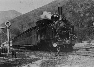 Linea de Oviedo a Infiesto , llega de un tren a Infiesto, Foto L. Azcoitia