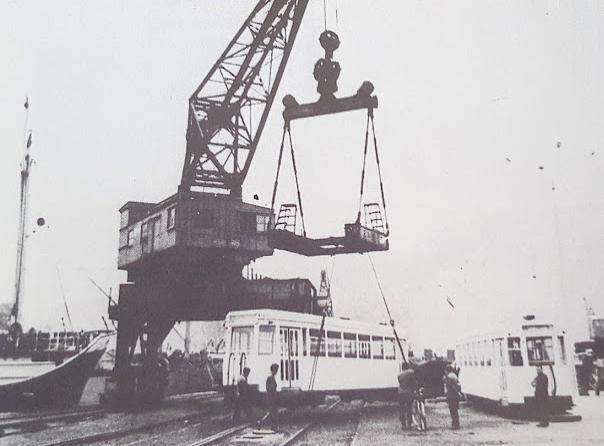 Llegada al puerto de el Musel de los primeros FVIOLOS, foto Guerrero