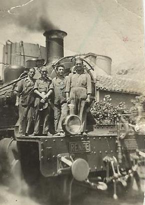 Locomotora 140-2009, con personal en el deposito de Granada, fondo Rafel Villa