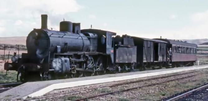 Locomotora 230-2115 en Fitero a la cabeza del Soria a Castejón el 09.04.1966, foto Ian Turbull