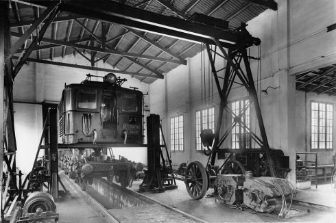 Locomotora Estado en el Taller de Ripoll, año 1954, foto Francisco Ribera Colomer, fondo Srvicio Electrico de Renfe