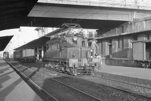 Locomotora Norte 6106, estacion de Oviedo, foto Juan Bta cabera , archivo MVF