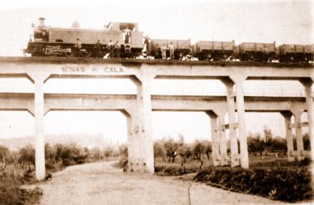 Locomotora ZUFRE en el viaducto del Cargadero de San Juan de Aznalfarache. Fondo Alcazar