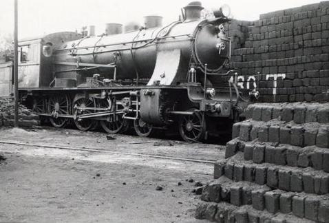 Locomotora en el depositio de la estación de Teruel, c. 1965, foto Xavier Santamaría, archivo MVF