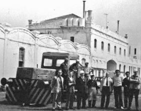 Locomotora y personal de la factoria, junto a la fachada , Archivo bolg de Paco Egea
