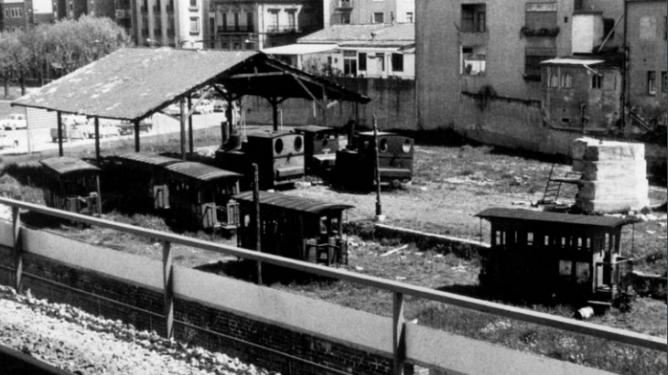Material del SFGG , depositado en un solar de RENFE en Gerona c. 1970. Archivo Municipal de SFG