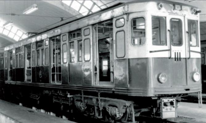 Metro de Madrid , coche Serie 1000 en el deposito de Aluche, fondo CRTM