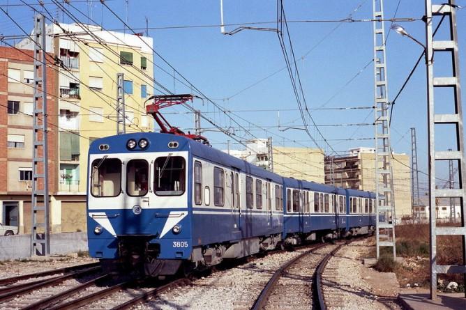 Metro de Valencia , unidad ex FEVE, serie 3600, en agosto de 1982, a su paso por TORRENT, fondo Enrique Andres Gramage