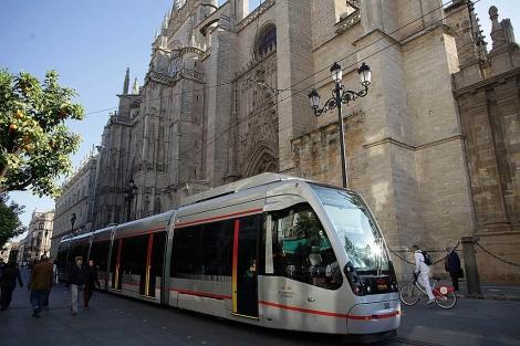 Metrocentro en Sevilla a su paso junto a la Catedral, foto Fernando Ruso