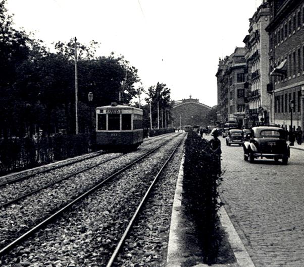 Paseo del Prado en 1949, al fondo la estacion de Atocha