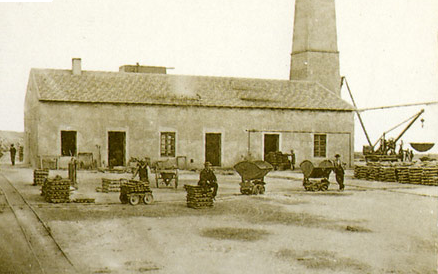 Patio principal con vagonetas de la Fundicion de San Jacinto, foto J. Rodrigo,, F. Cultural Espin