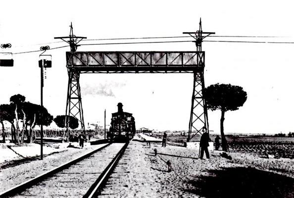 Puente protector del cable aéreo en su cruce con el feerrocarril. Malgrat de Mar , Ayuntamiento , publicacion 1993