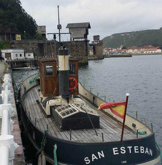 Puerto de San Esteban de Pravia, con los cargaderos al fondo, foto Roberto Alvarez Espinedo