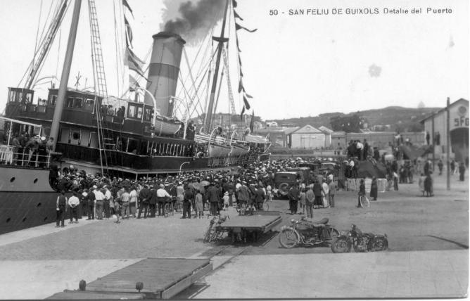 Puerto de Sant Feliu de Guixols coches Bateas y al fondo a la derecha el tinglado del SFG, postal comercial