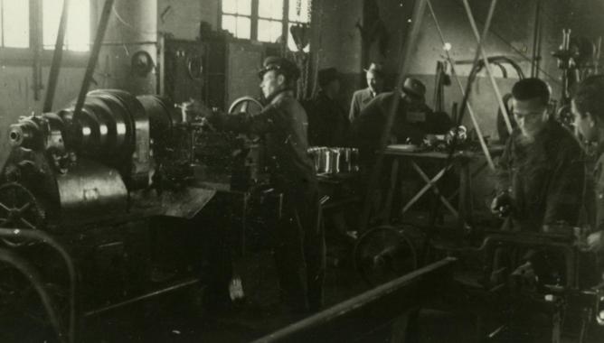 Sección de tornos de los talleres de Granada, año 1943, foto Torres Molina
