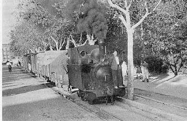Secundarios de Castilla, tren en el Paseo de Zorrilla, en Valladolid , circulando entre San Bartolomé y Estación-Bejar, fondo Godofredo Garabito Gregori