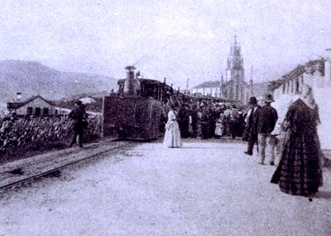 Tranvia a Vapor de Pontevedra a Marin, parada en un apeadero, al fondo Lourizaran, foto J. Zagala