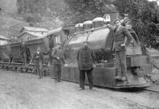 Tranvia a vapor de Santullano a Cabañaquinta, locomotora nº 1 en Valdefarrucos, año 1918. Coleccion Jose Luis de la Cruz