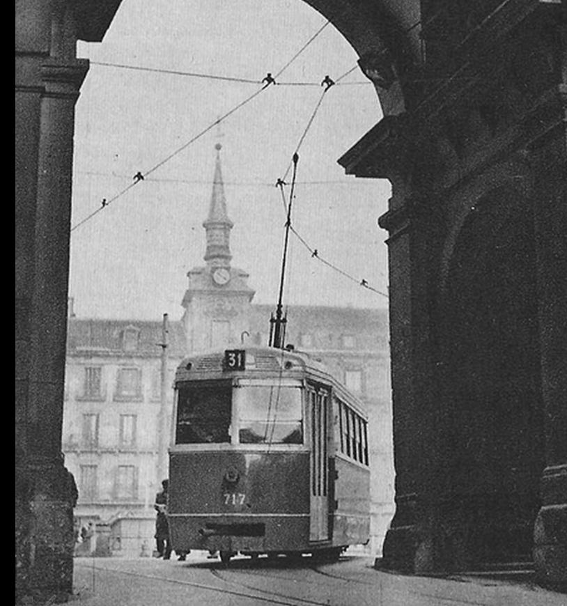 Tranvia en la Plaza mayor de Madrid , año 1952 , desde la calle de Toledo , fondo Carlos Pimentel