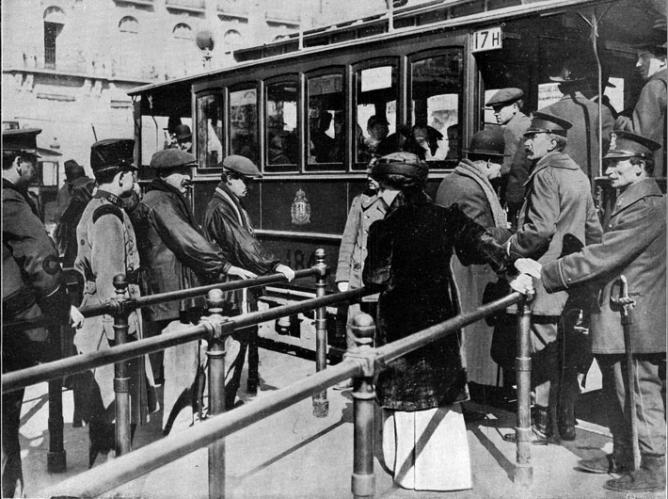 Tranvias de Madrid, pasarelas de acceso instaladas en la Puerta del Sol, fotografia Salazar, fondo La Esfera, año 1914