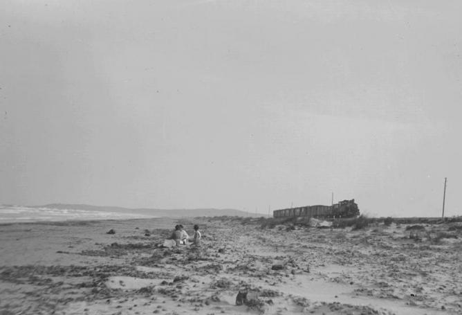 Tren de ESA , bordeando la Playa de San Juan , Archivo R. Vernacci, Fondo Fototeca del P.H.