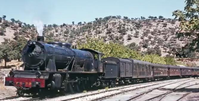Tren de Sevilla á Cáceres, en la Fábrica de El Pedroso, el 02.09.1965 , locomotora 241-2041, foto Ian Turbull