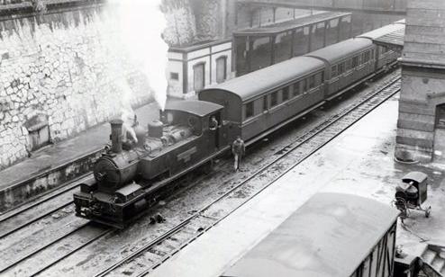 Tren de viajeros de La Robla en la estación de Bilbao-Concordia, foto Xavier Santamaria