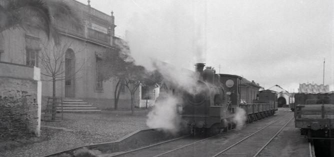 Tren estacionado frente al edificio de la Compañía en Valverdev del Camino. Foto Marta