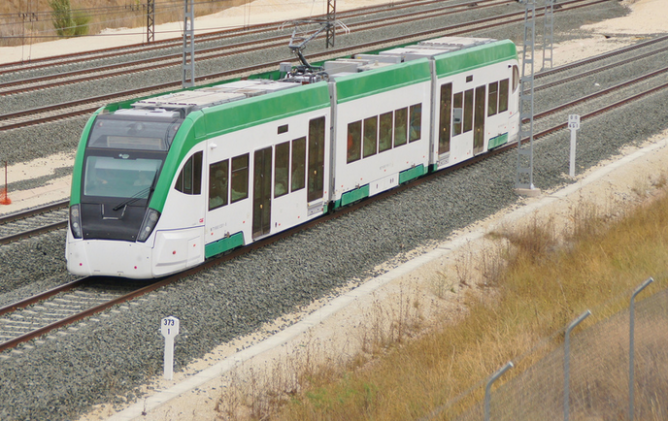 Unidad 801.001 del Tren-Tram de la Bahia de Cádis en pruebas en la estación Rosa de Lima en Burgos, Foto Mikel
