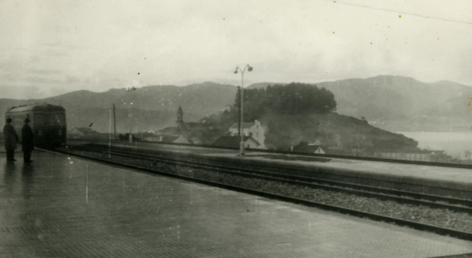 Vía en Luarca del Fc Ferrol-Gijon, foto Galerias Mendoza