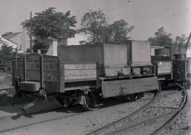 Vagon de bordes bajos Serie G , con depositos. Foto M. Salinas