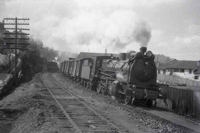 Vigo, Tren de Norte con locm 1400, foto Trevor Rowe, fondo Euskotren MVF