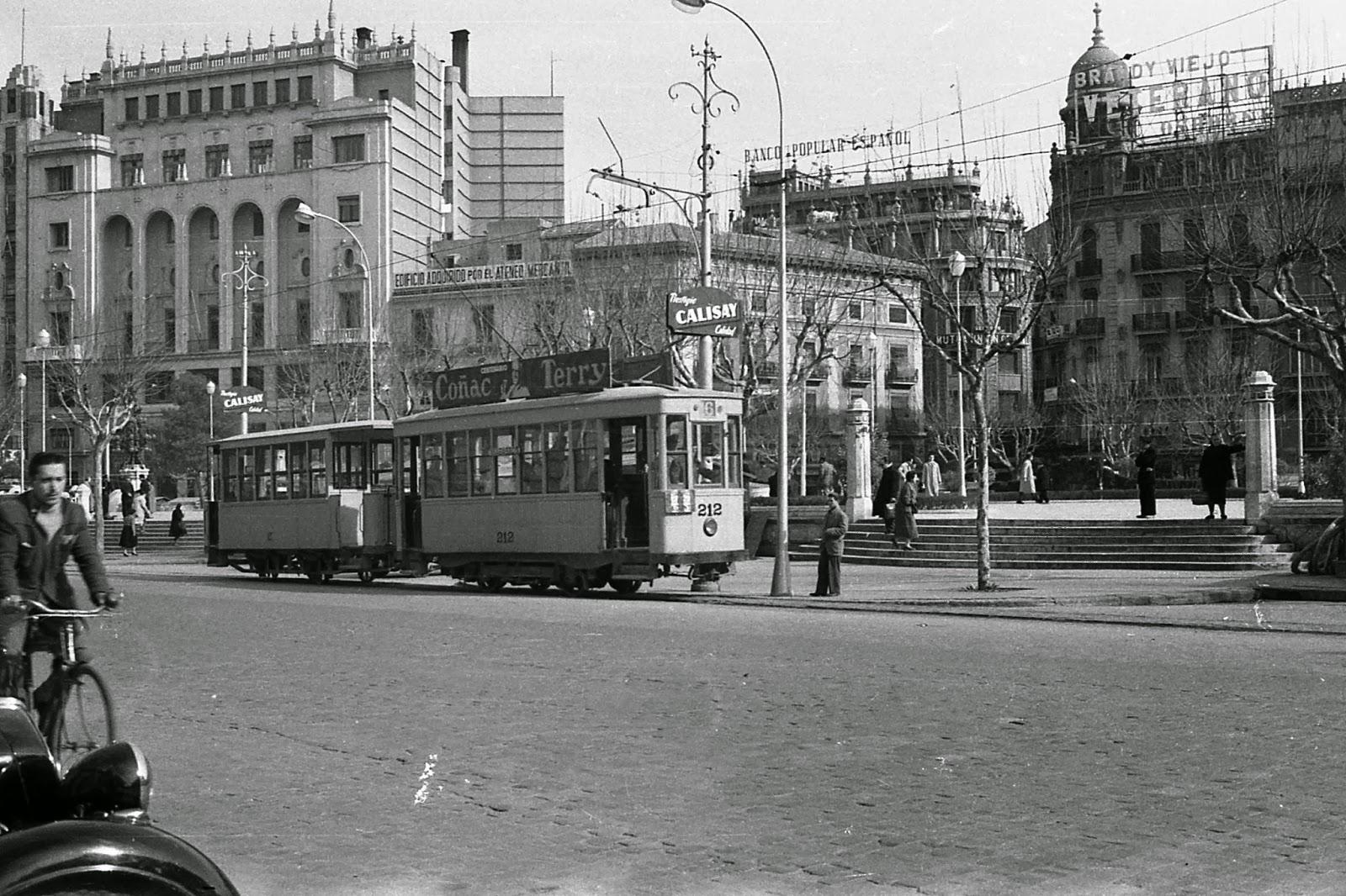 coche 212 en la plaza del Caudillo , en Valencia, foto Juan Bautista Cabrera