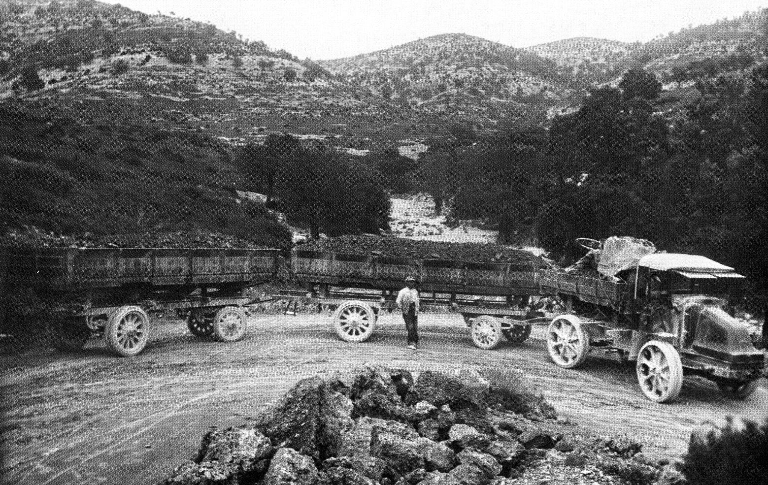 Auto-tren en ruta de regrso a Castell de Cabres, foto fondo : José Sánchez