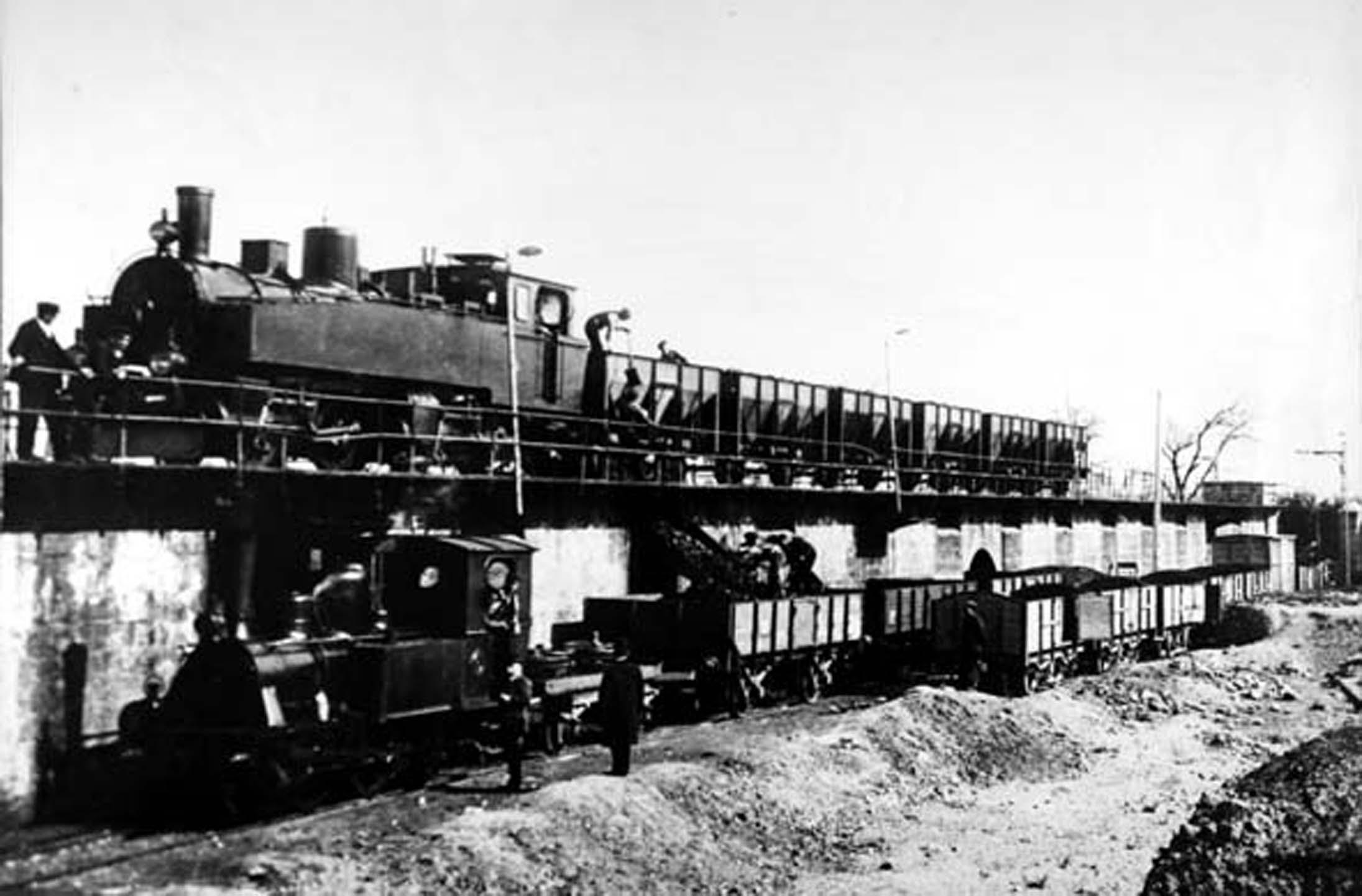 """Locomotora """"Teruel"""" descarga carbón en Zaragoza, archivo : Juan Manero"""