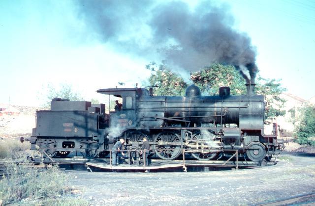 Placa de la estacion de Alcantarilla, locomotora 130-2981, octubre 1960, foto Graham TV Estarcey c. 30937.co.uk.