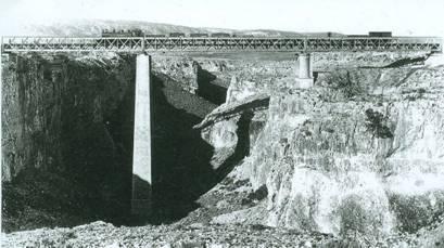 Viaducto sobre el barranco de la Hoz, foto: Heraldo de Aragon, fondo: