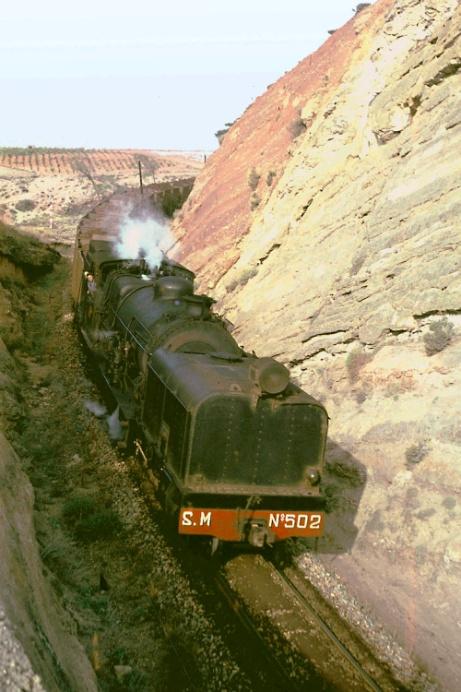 Tren de mineral descendente cerca de Caudiel con la locomotora 502,