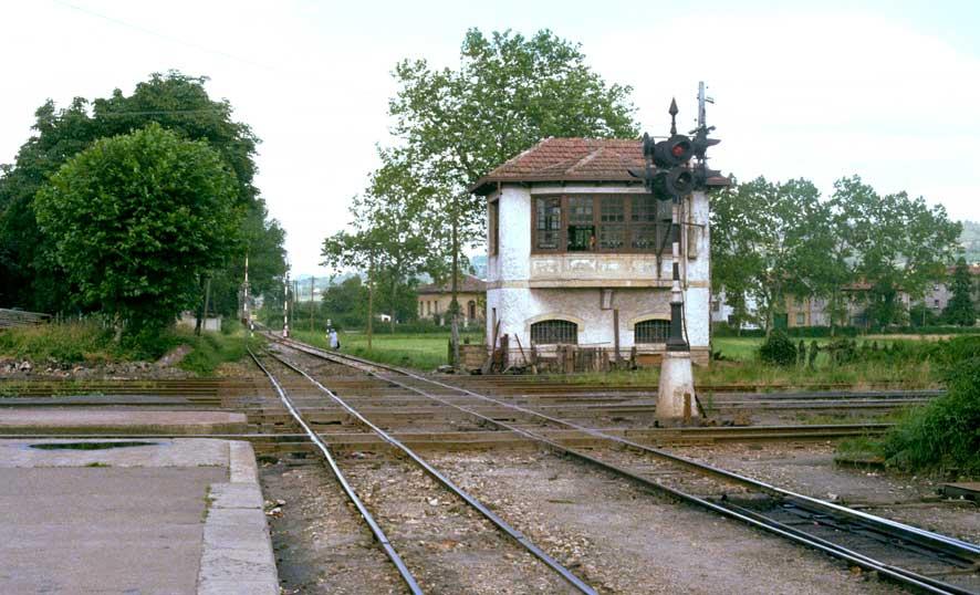 Cruce a nivel de El Berron con Economicos de Asturias