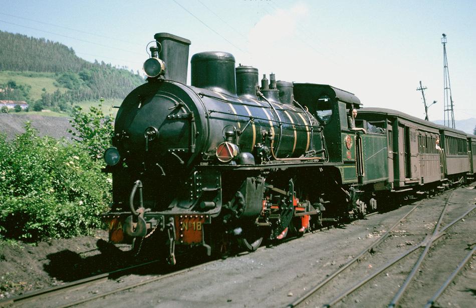 Tren remolcado por la nº 18, en Figaredo al sur de Mieres,