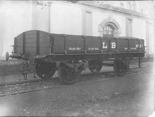 Vagon de bordes bajos, con testeros curvos, fondo CAF de Beasain
