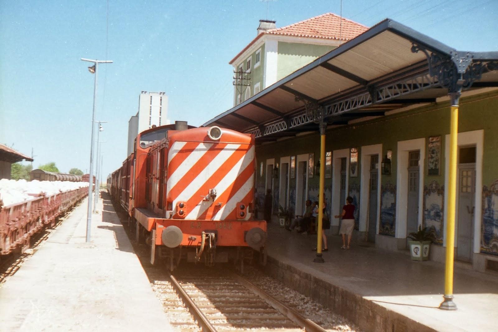 tren en Badajoz , procedente de la estacion portuguesa de Elvas. fondo J.J. Olaizola